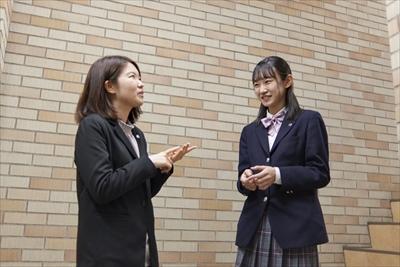担任と会話をする女子生徒
