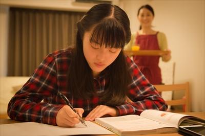 レポート課題に取り組む通信制高校生